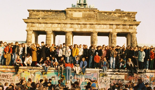 People on top of the Berlin Wall in front of the Brandenburg Gate on 10 November 1989. Federal Archives of Germany, Bundesregierung, B 145 Bild-00196545. Credits: Bundesregierung / Klaus Lehnartz