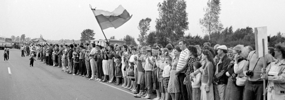 The Baltic Way – human chain linking three Baltic states, 1989. Lithuanian Central State Archives, LCVA 0-124901. Photographer: J Juknevičius